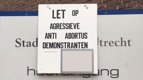Bord dat waarschuwt tegen agressieve anti-abortusdemonstranten