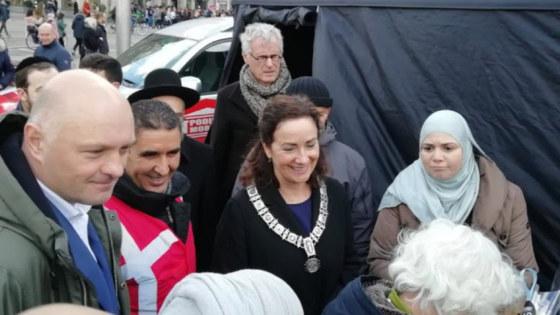 Burgemeester Halsema van Amsterdam en Boris van der Ham in gesprek met vertegenwoordigers van verschillende religies en levensbeschouwingen