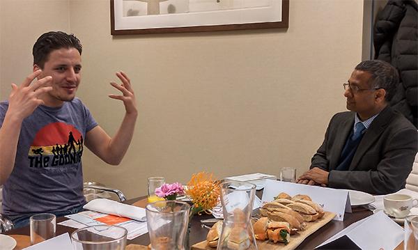 Morid Aziz in gesprek met de VN-rapporteur Shadeed