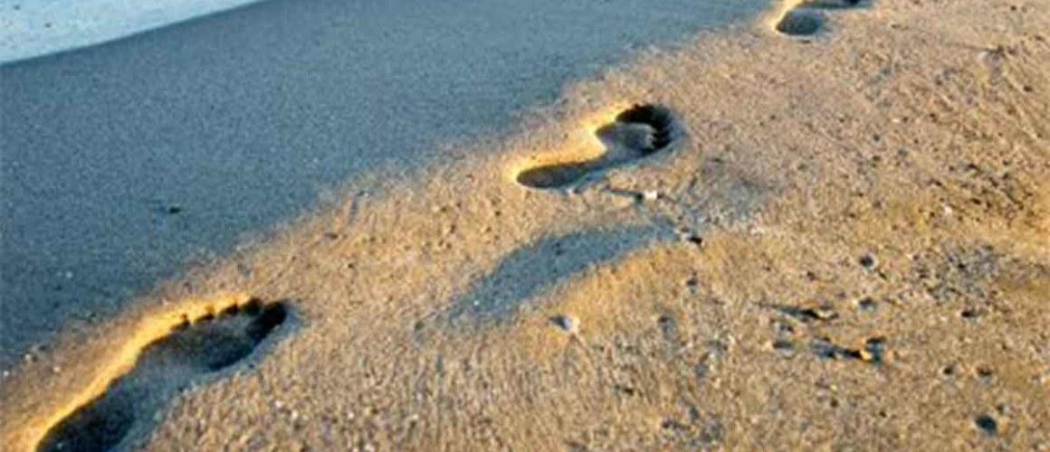 Foto van voetstappen in het zand voor de pagina Nalaten van het Humanistisch Verbond