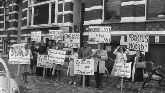 Anti-abortusdemonstratie_bij_abortuskliniek_Oosterpark_van_dr._Wong_in_Amsterdam,_Bestanddeelnr_927-4133