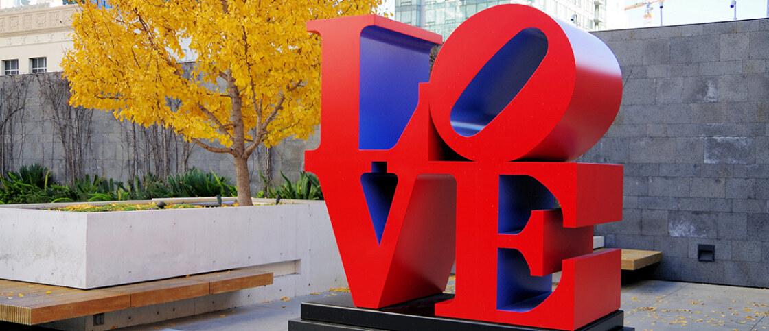 """Beeld van Robert Indiana, """"Love"""". Foto Michael Fraley"""