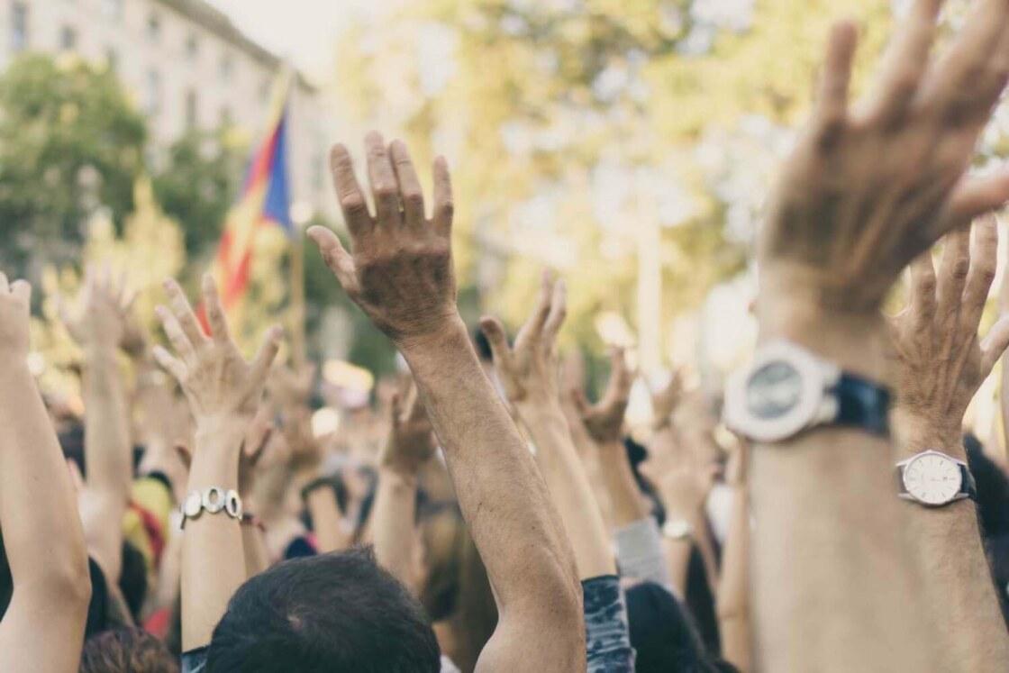 mensen houden hun handen in de lucht