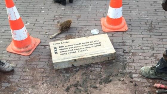 steen filosofen amsterdam liggend