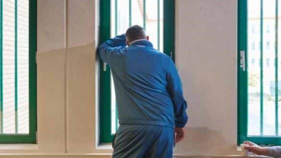 gevangene voor raam