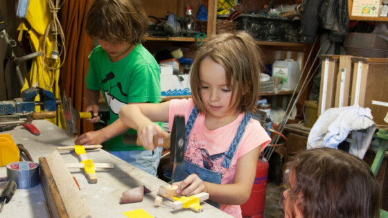 Kinderen zijn aan het knutselen in de schuur, foto: Iris Loonen