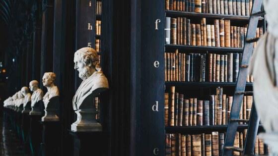 Bibliotheek met denkers, boeken, kennis