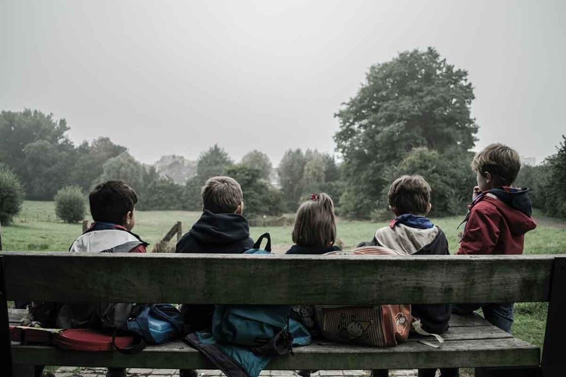 Kinderen op een bankje, filosoferen