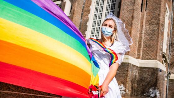 Protestactie bij Homomonument Amsterdam voor wettelijke regeling meerouderschap