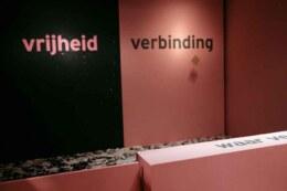borden-gooien 'vrijheid-verbinding' installatie Martijn Engelbregt (Circus Andersom) bij tentoonstelling 'Vrijdenkers: van Spinoza tot nu' in Amsterdam Museum - wat weerhoudt jou ervan om vrij te zijn? Waar verlang jij naar?
