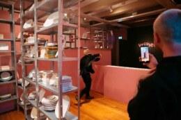 Bezoekers tentoonstelling 'Vrijdenkers: van Spinoza tot nu' in Amsterdam Museum bij bordengooien installatie van Martijn Engelbregt - Circus Andersom. Wat weerhoudt jou ervan om vrij te zijn?