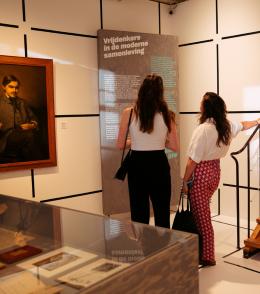 bezoekers tentoonstelling 'Vrijdenkers: Van Spinoza tot nu'