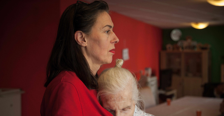 Omgaan met dementie: stap over je verlegenheid heen